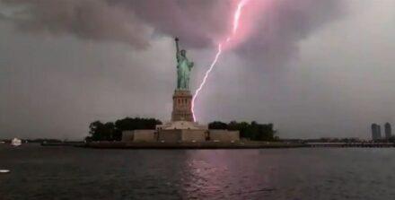 Εντυπωσιακό βίντεο – Κεραυνός χτυπάει το άγαλμα της Ελευθερίας