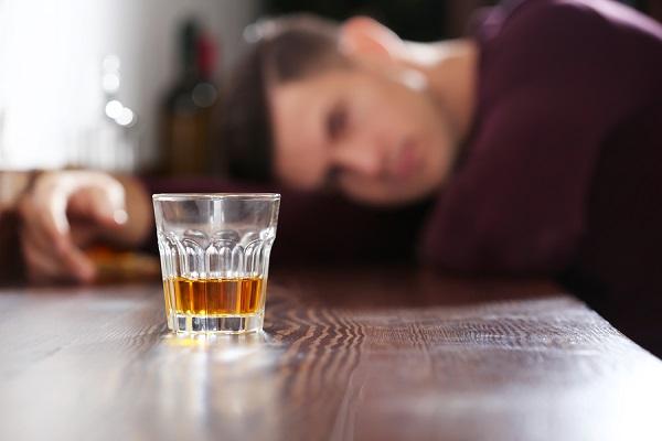 Προσοχή! Δείτε τι προκαλεί η κατανάλωση αλκοόλ με άδειο στομάχι