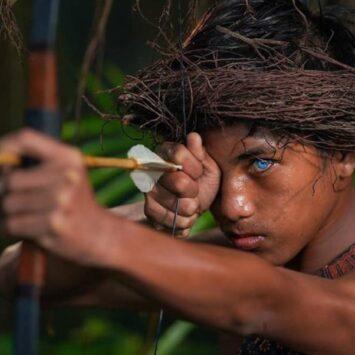 Αυτή η ξεχωριστή φυλή στην Ινδονησία έχει μπλε, διαπεραστικά μάτια – Δείτε φωτογραφίες